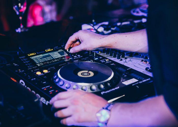 Dentsu Neuromance - DJ decks-min
